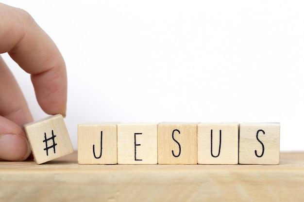 Cubos de madeira com uma hashtag e a palavra jesus, conceito de mídia social