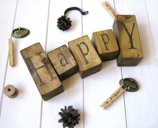 Cubos de madeira de tempo feliz