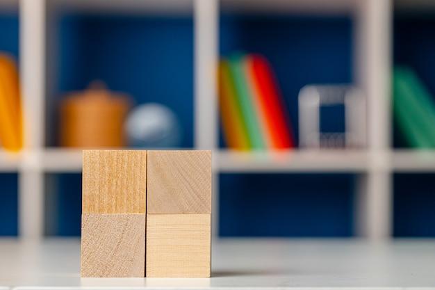 Cubos de madeira em branco com espaço de cópia para seu projeto na mesa de trabalho