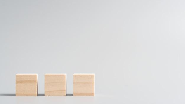 Cubos de madeira em branco em um cru