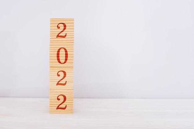 Cubos de madeira feliz ano novo 2022. conceito de ano novo, espaço de cópia, fundo branco