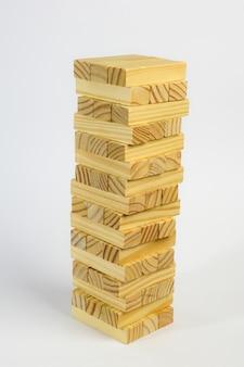 Cubos de madeira natural sem pintura, alinhados em forma de torre sobre fundo branco