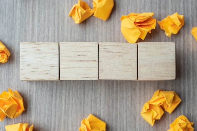 Cubos de madeira vazios com papel desintegrado na mesa de madeira