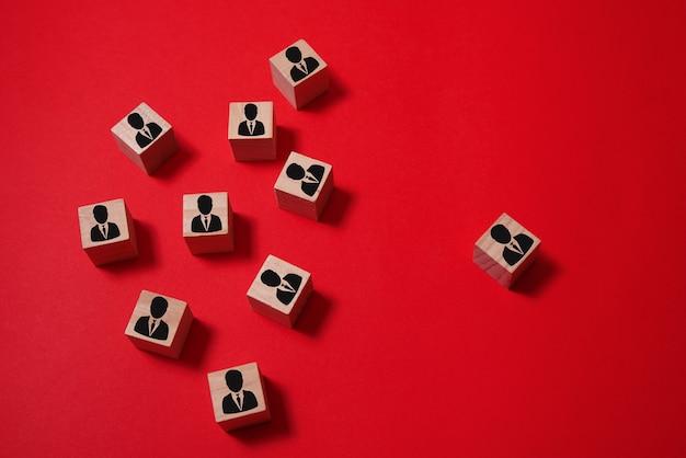 Cubos de pessoas praticam o distanciamento social para proteger