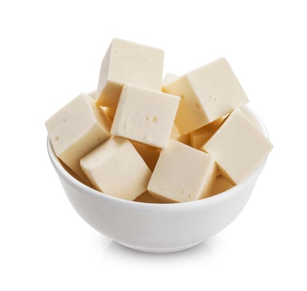 Cubos de queijo feta grego isolados no fundo branco