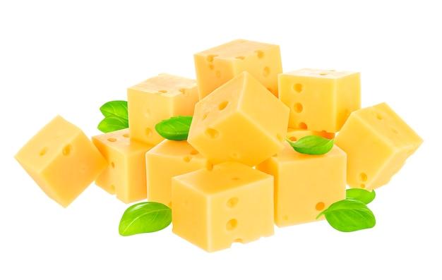 Cubos de queijo isolado no branco