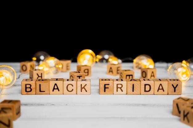 Cubos de sexta-feira negra na mesa de madeira