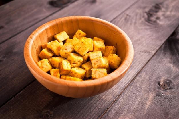 Cubos de tofu frito