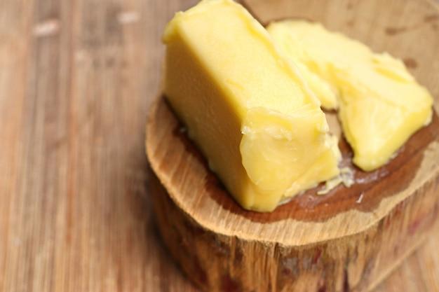 Cubos derretido manteiga amarela