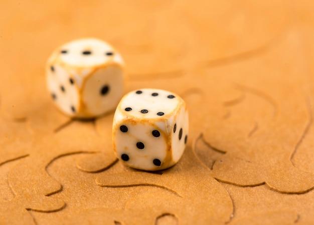 Cubos e peças do jogo em um tabuleiro de gamão.