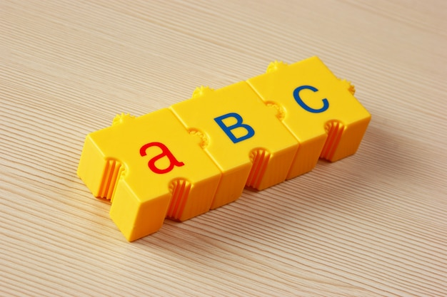 Cubos escolares com letras na mesa