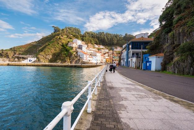 Cudillero aldeia, astúrias, espanha Foto Premium