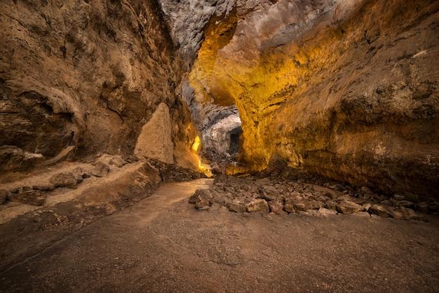 Cueva de los verdes. atração turística em lanzarote, incrível tubo de lava vulcânica.