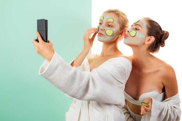 Cuidado anti-idade. cuidados com a pele para todas as idades. mulheres se divertindo máscara de pele.