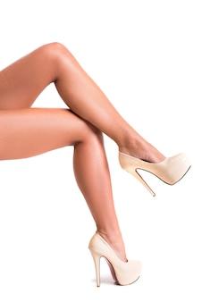 Cuidado corporal para pernas lisas femininas em saltos altos.