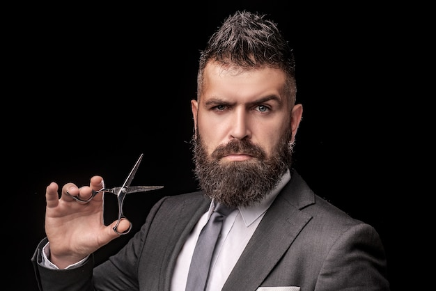 Cuidado de barbeiro masculino. barbeiro cabeleireiro