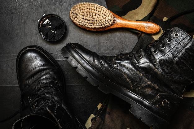 Cuidado de sapato. cera de sapato, bota e escovas na superfície de madeira. imagem editada com efeito vintage