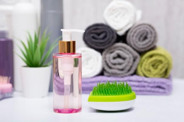 Cuidado do cabelo, escova de massagem, produtos de pentear suaves, toalhas