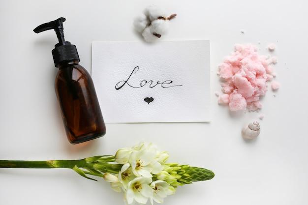 Cuidado do corpo. esfoliação corporal. frasco para cosméticos. um lugar para cosméticos redatores.
