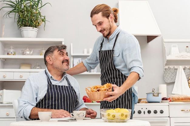 Cuidado filho servindo seu pai
