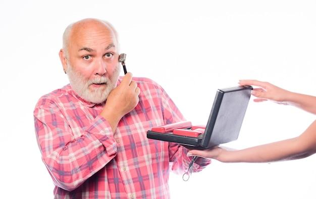 Cuidado próprio do barbeiro. conjunto de barba de aliciamento. conceito de barbearia. homem sênior barbudo bonito barbeiro usar ferramenta estilo barba. raspar pelos faciais. barbeiros experientes apreciam equipamento de barbeiro de alta qualidade.