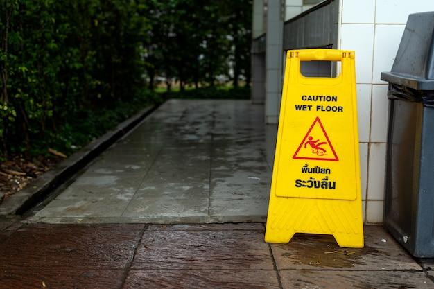Cuidado sinal de chão molhado