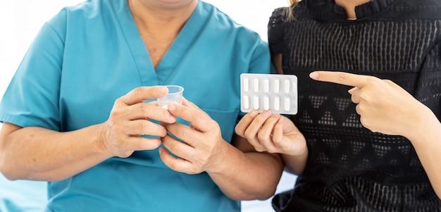 Cuidador preparar pílula