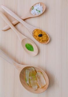 Cuidados com a pele alternativos e caseiras esfrega na mesa de madeira.
