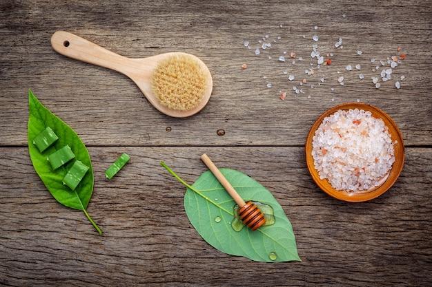 Cuidados com a pele alternativos e esfoliação caseira com ingredientes naturais.