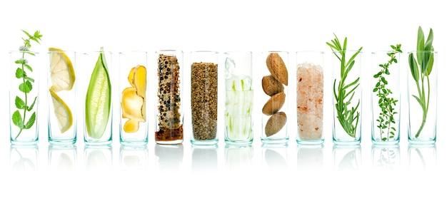 Cuidados com a pele caseiros com ingredientes naturais, isolados no fundo branco.