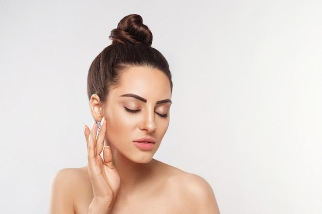 Cuidados com a pele do rosto de mulher. maquiagem natural, tocar o rosto