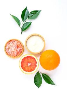 Cuidados com a pele e máscara capilar com ingredientes naturais iogurte e toranja em fundo branco