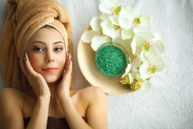 Cuidados com a pele e o corpo. close-up, jovem, mulher, recebendo, tratamento spa, salão beleza
