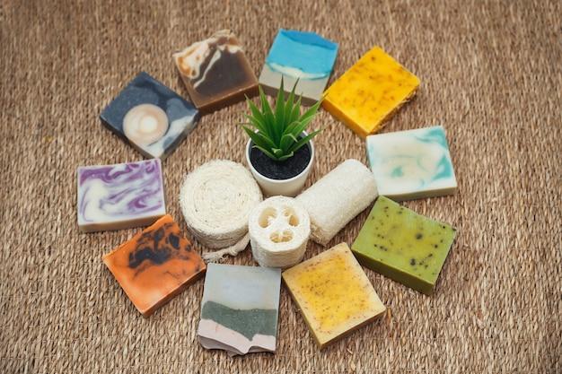 Cuidados com a pele hidratante e aromaterapia. sabonete artesanal com óleo de coco.