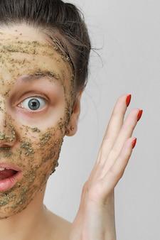 Cuidados com a pele. jovem em estilo de casa, o cabelo dela reuniu-se com as mãos no topo.