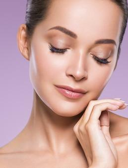 Cuidados com a pele mulher beleza rosto rosto saudável pele modelo cosmético emocional e feliz com as mãos