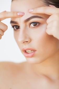 Cuidados com a pele. mulher jovem, tentar, remover, dela, espinha