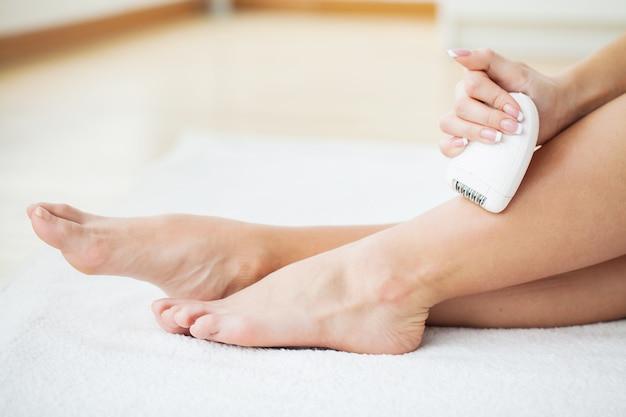 Cuidados com a pele. mulher, raspar, dela, pernas, em, banheiro