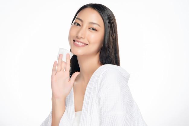 Cuidados com a pele mulher remover maquiagem rosto com almofada de cotonete