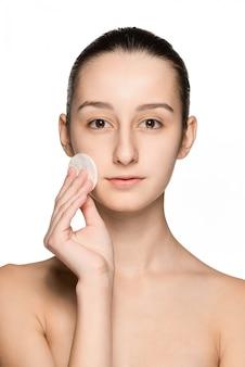 Cuidados com a pele mulher remover rosto com almofada de cotonete