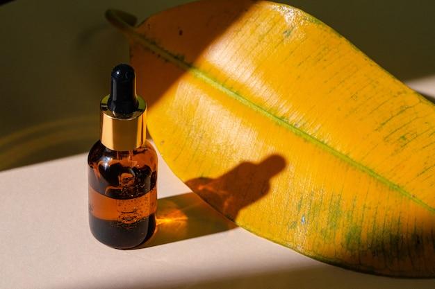 Cuidados com a pele oleosa, hidratando o frasco de vidro marrom com pipeta