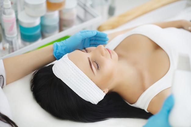 Cuidados com a pele. procedimento de fonoforese para uma mulher bonita.