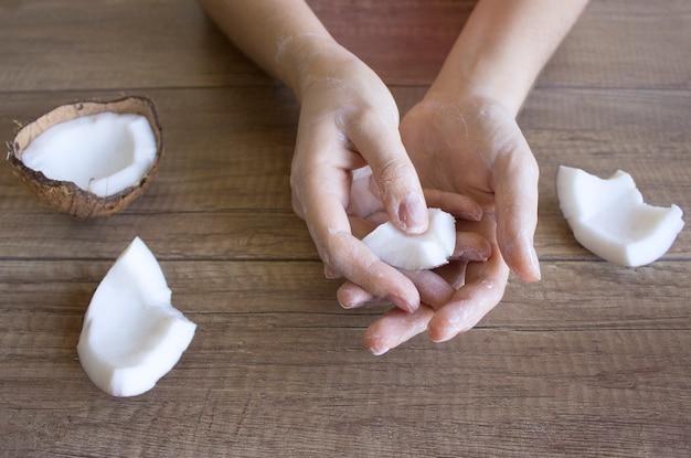 Cuidados com as mãos com creme de coco