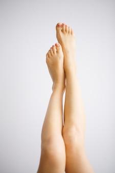 Cuidados com as mãos e unhas. pés das mulheres bonitas com pedicure perfeito. beleza dia spa manicure