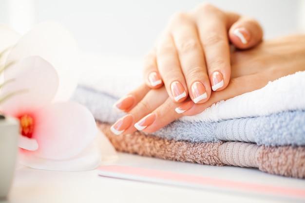 Cuidados com as unhas. unhas de mulher bonita com manicure francesa