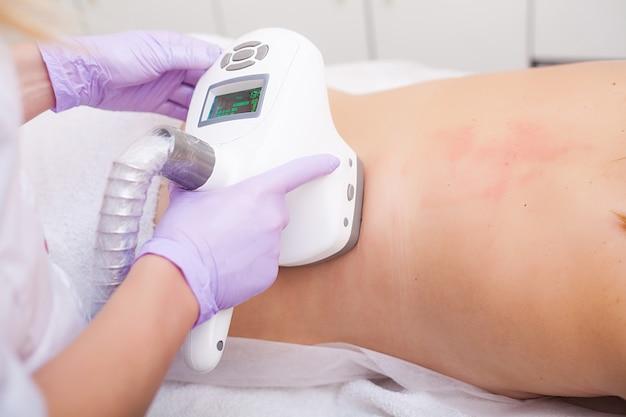 Cuidados com o corpo. a mulher está em processo na clínica lipomassage