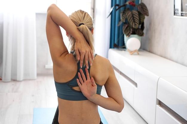 Cuidados com o corpo de uma jovem esticando suas costas