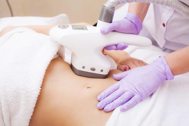 Cuidados com o corpo. mulher está em processo na lipomassage clínica