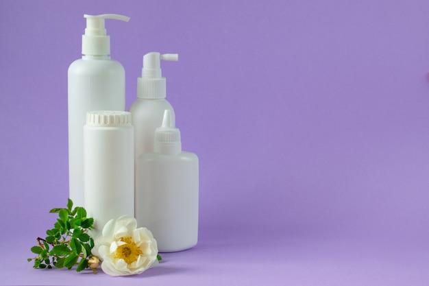 Cuidados com o corpo. spa relax. higiene infantil. garrafas de plástico brancas.