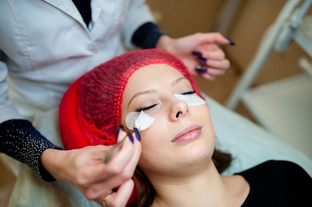 Cuidados com os cílios na sala de cosmetologia.